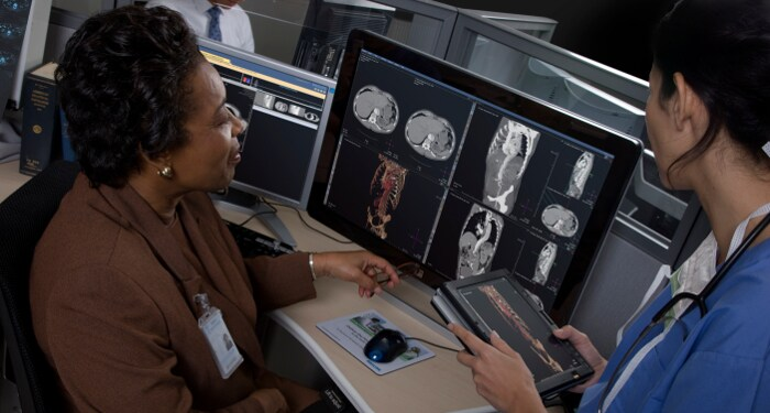 Video einer MTRA am Soldiers Memorial Hospital, die mit Enterprise Radiology Imaging Informatics arbeitet